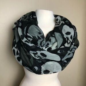 Skulls scarf black & white